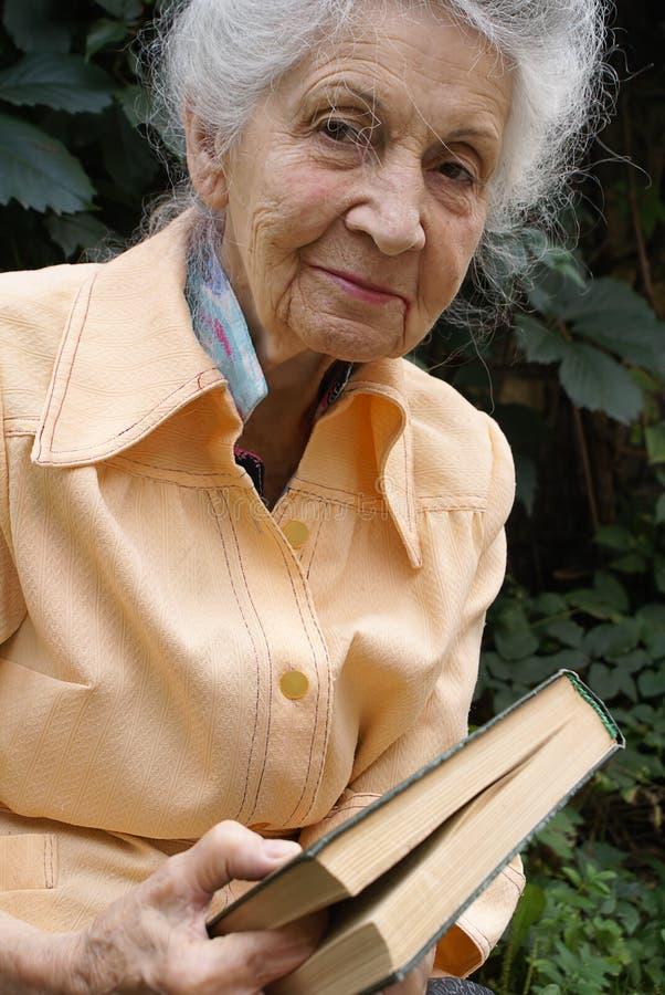 Hogere vrouw met boek royalty-vrije stock foto's