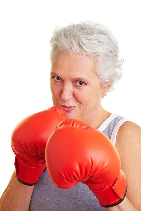 Hogere vrouw met bokshandschoenen royalty-vrije stock fotografie