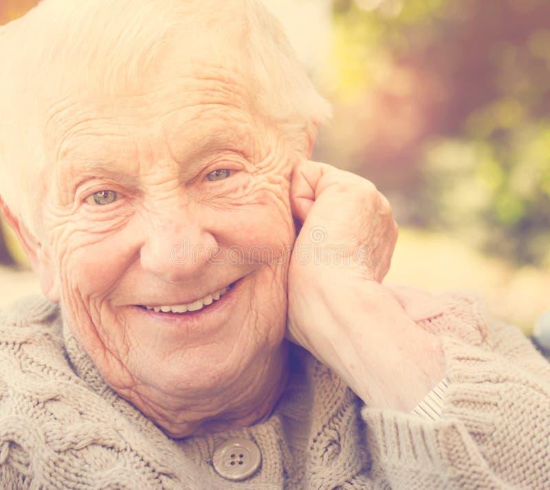 Hogere vrouw met een grote gelukkige glimlach royalty-vrije stock fotografie