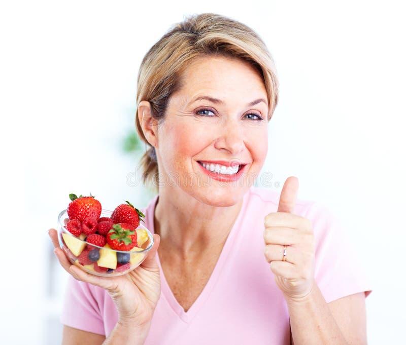 Hogere vrouw met een salade. Dieet. stock afbeeldingen
