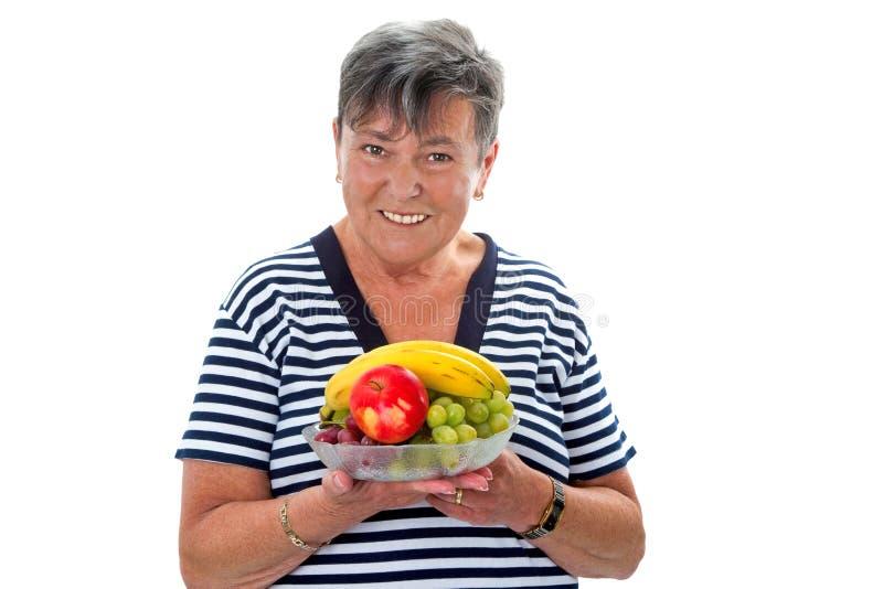 Hogere vrouw met fruit stock foto
