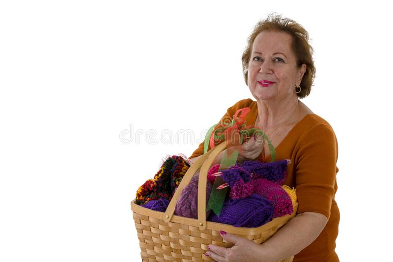 Hogere vrouw met garen in mand stock fotografie
