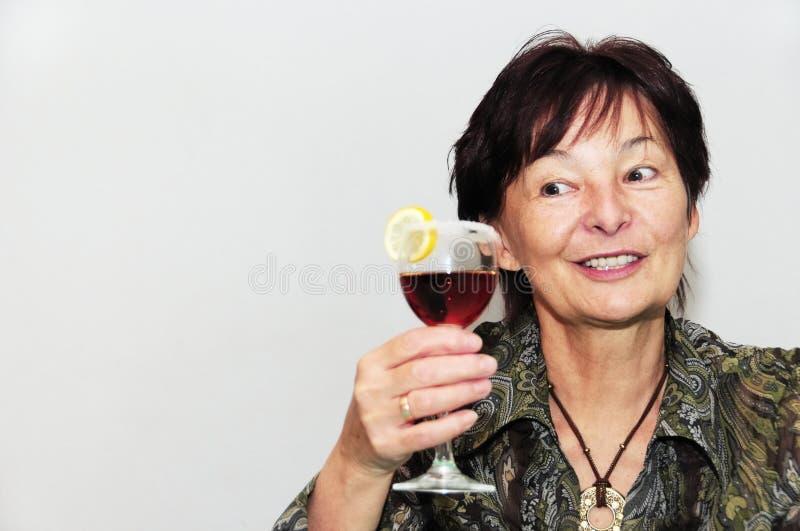Hogere vrouw met glas wijn royalty-vrije stock fotografie