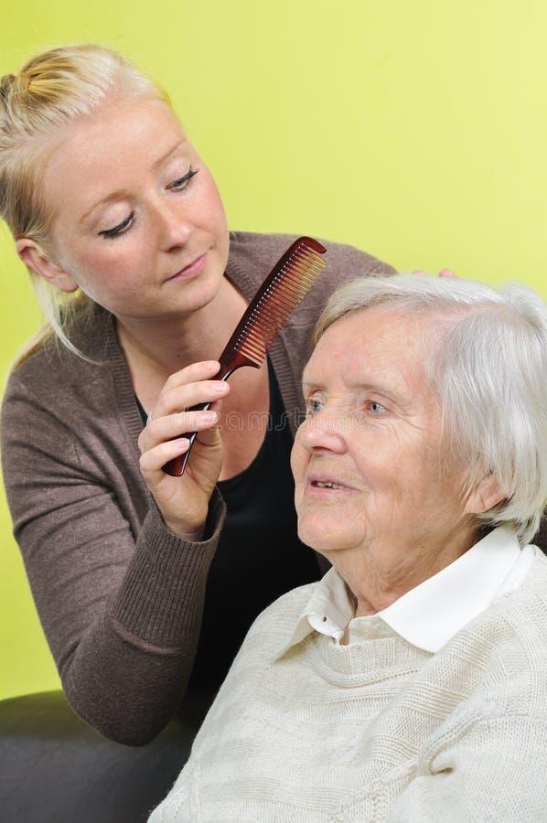 Hogere vrouw met haar caregiver. stock fotografie