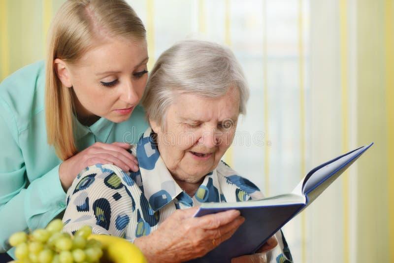 Hogere vrouw met haar caregiver royalty-vrije stock foto