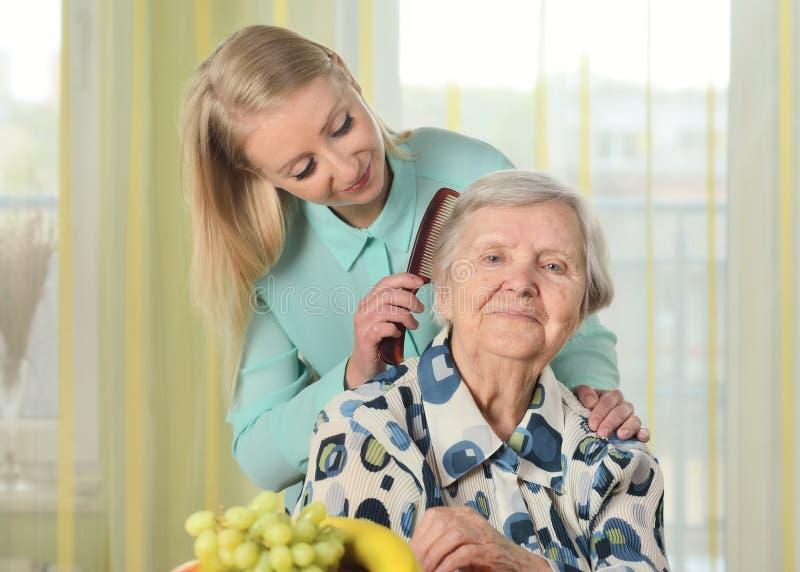 Hogere vrouw met haar caregiver royalty-vrije stock afbeelding