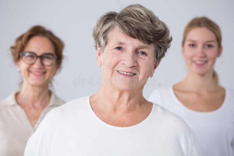 Hogere vrouw met haar familie stock fotografie