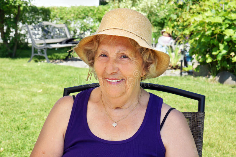 Hogere vrouw met hoed stock foto's