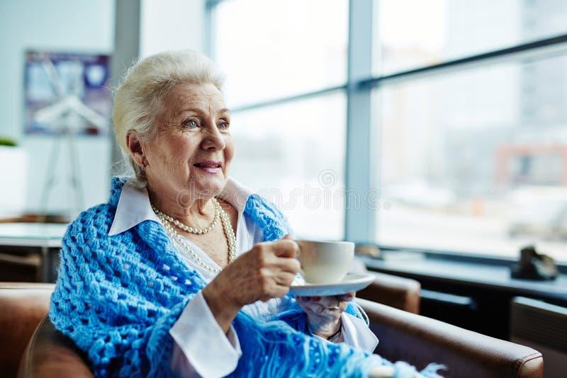 Hogere vrouw met kop thee royalty-vrije stock foto's