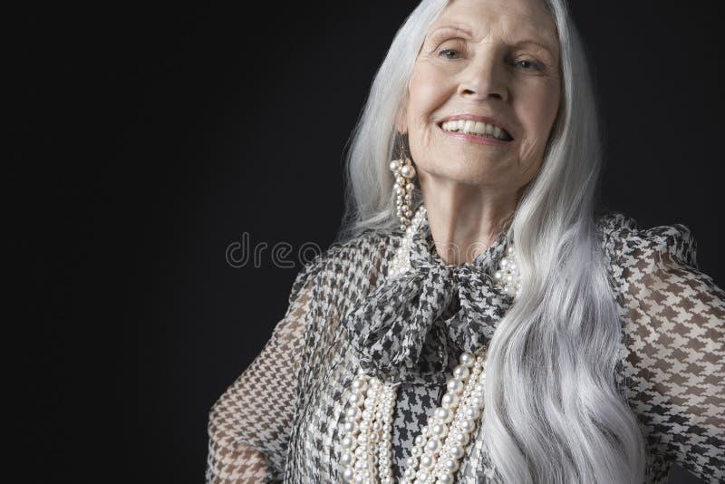 Hogere Vrouw met Lang Gray Hair Smiling royalty-vrije stock fotografie