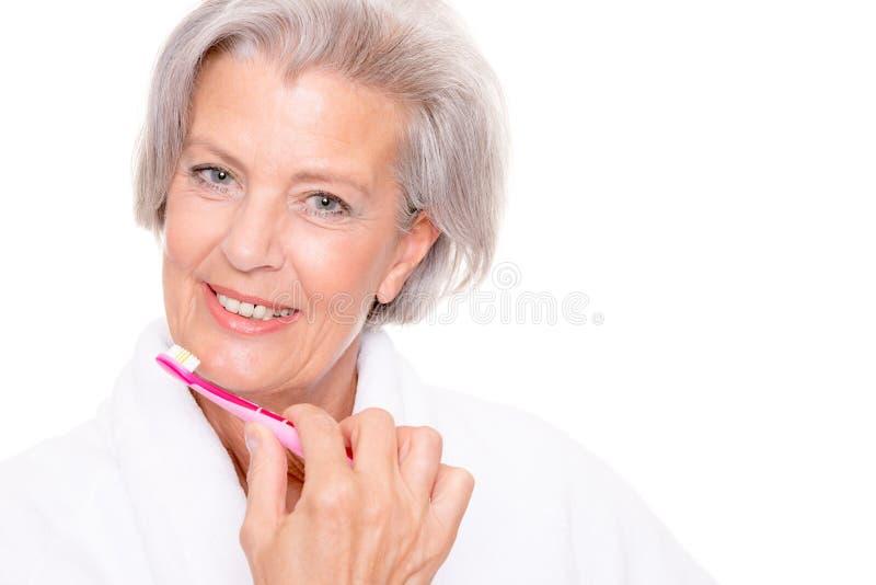 Hogere vrouw met tandenborstel royalty-vrije stock afbeelding