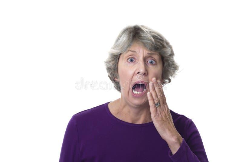 Hogere vrouw met vreselijke tandpijn stock foto