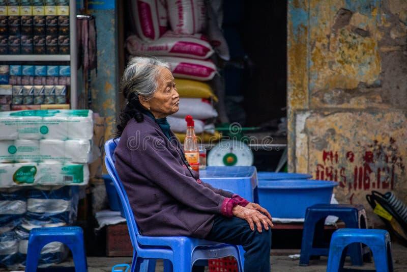 Hogere vrouw op een straat Hanoi royalty-vrije stock afbeelding
