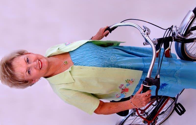 Hogere vrouw op fiets royalty-vrije stock afbeeldingen