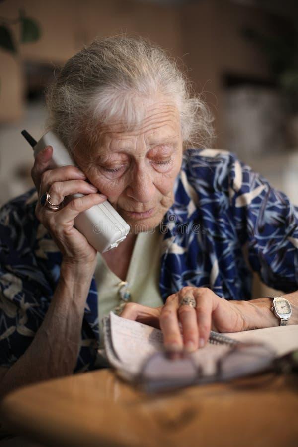 Hogere vrouw op telefoon royalty-vrije stock foto