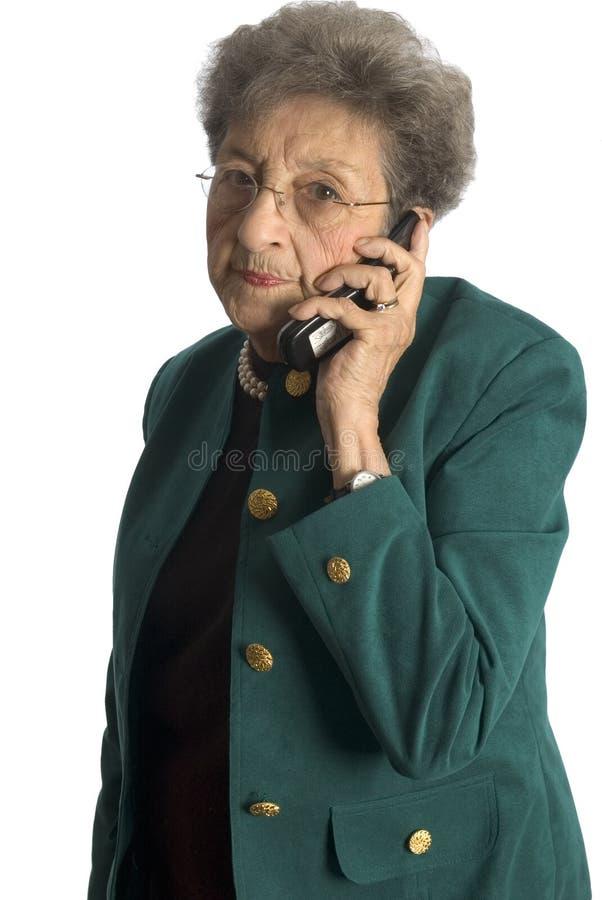 Hogere vrouw op telefoon stock foto's