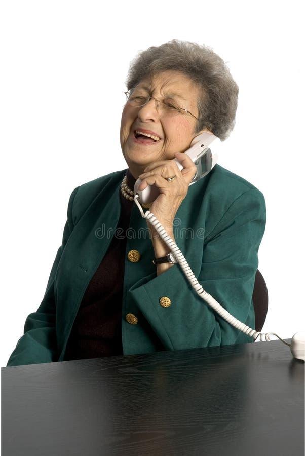 Hogere vrouw op telefoon stock afbeelding