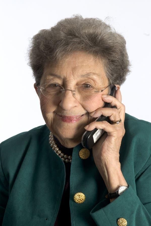 Hogere vrouw op telefoon royalty-vrije stock afbeeldingen