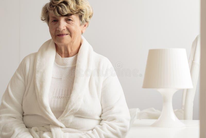 Hogere vrouw in peignoir royalty-vrije stock afbeelding