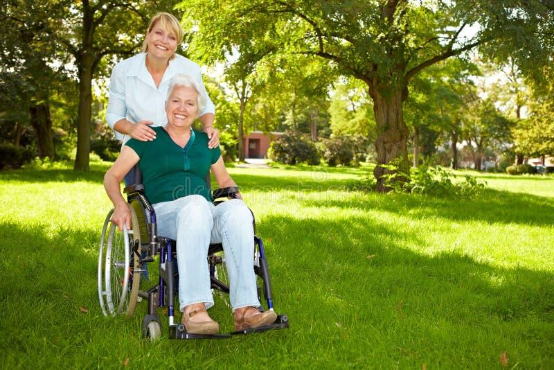 Hogere vrouw in rolstoel royalty-vrije stock afbeelding