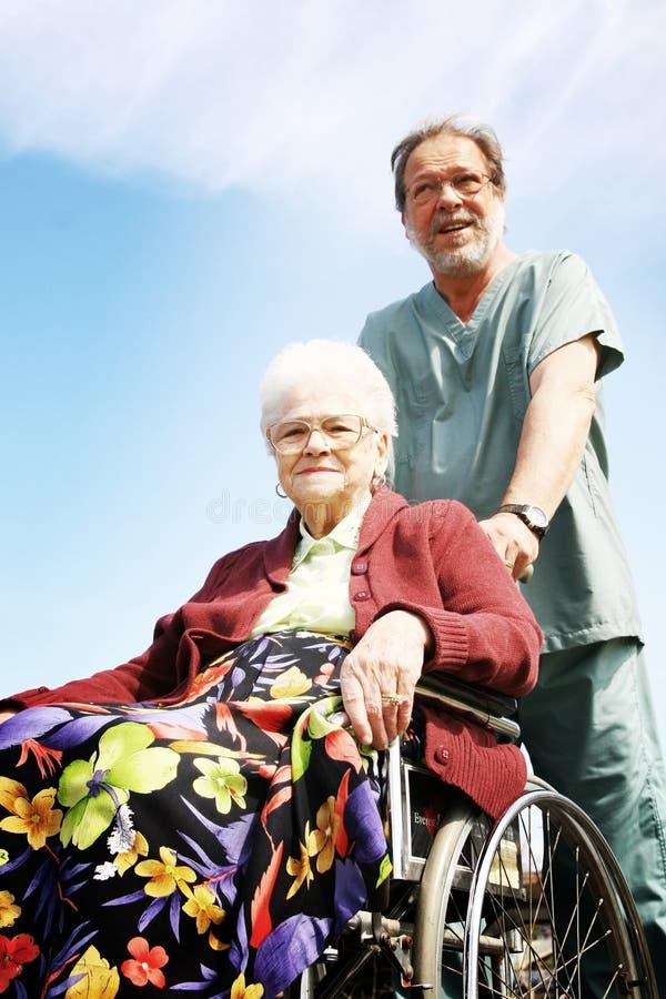 Hogere vrouw in rolstoel royalty-vrije stock fotografie