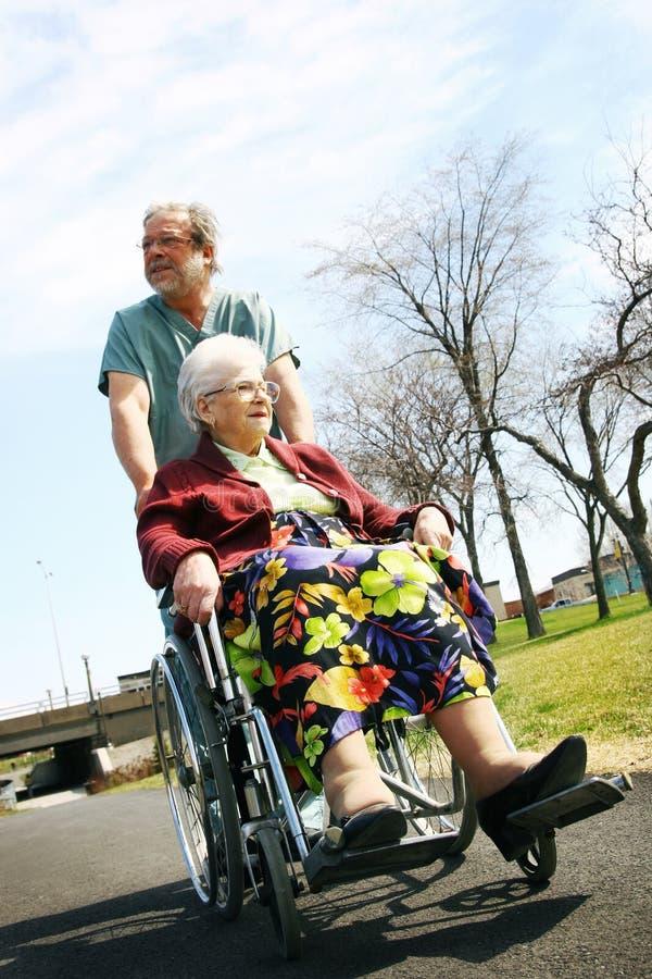 Hogere vrouw in rolstoel stock afbeelding