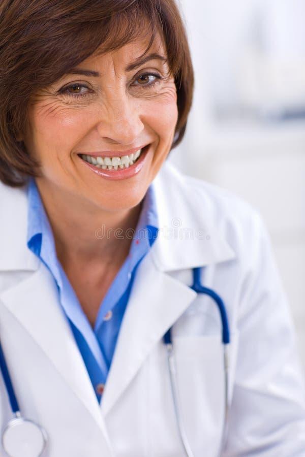 hogere vrouwelijke arts stock afbeeldingen