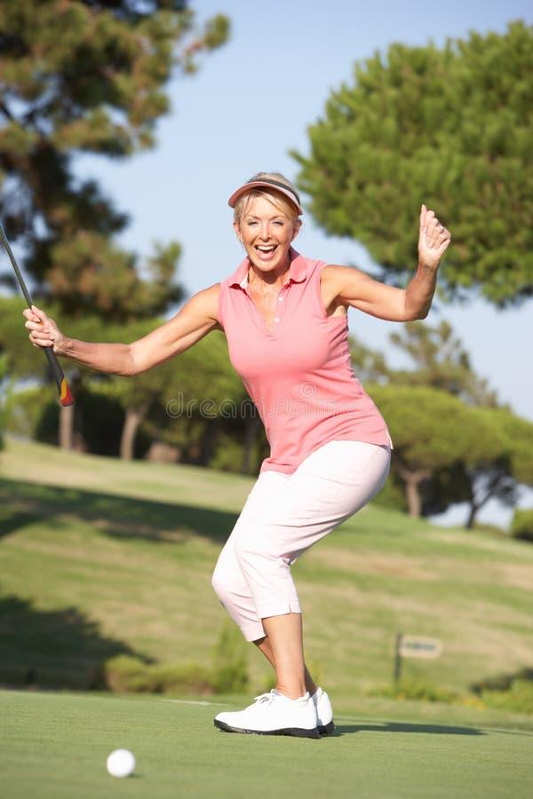 Hogere Vrouwelijke Golfspeler op de Cursus van het Golf royalty-vrije stock afbeeldingen