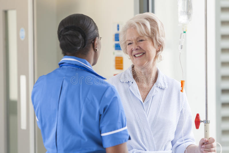 Hogere Vrouwelijke Patiënt en Verpleegster in het Ziekenhuis royalty-vrije stock foto