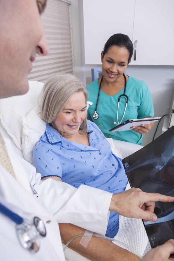 Hogere Vrouwelijke Patiënt met Röntgenstraal, Verpleegster en Mannelijke Arts royalty-vrije stock foto