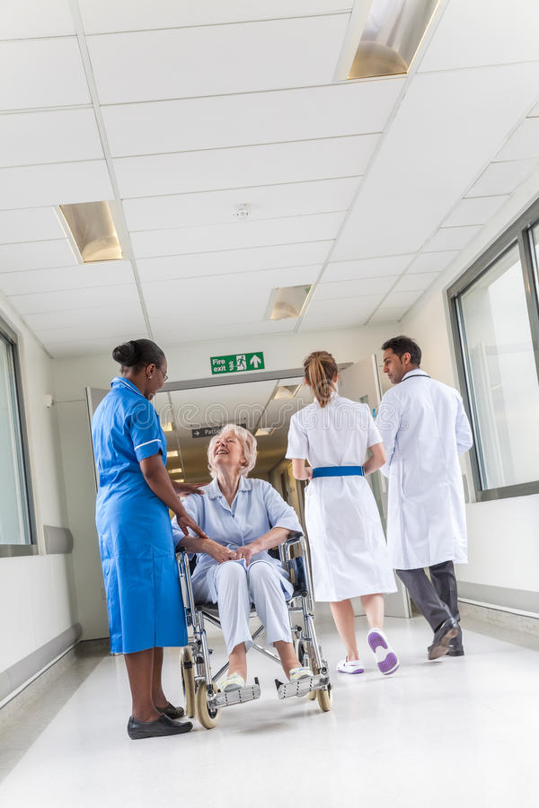 Hogere Vrouwelijke Vrouwenpatiënt in Rolstoel & Verpleegster in het Ziekenhuis royalty-vrije stock fotografie