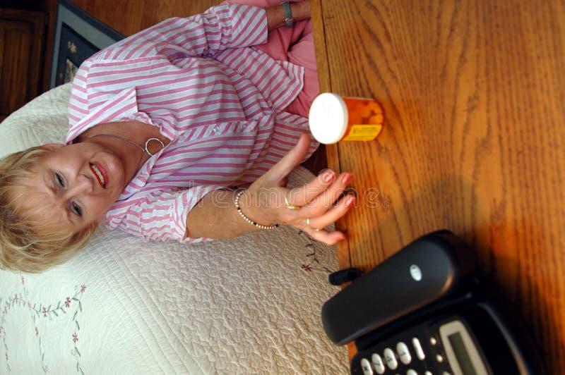 Hogere vrouwen medische noodsituatie stock foto