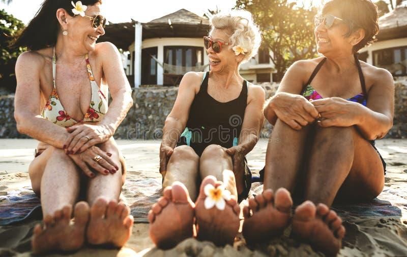Hogere vrouwen op het strand royalty-vrije stock afbeeldingen