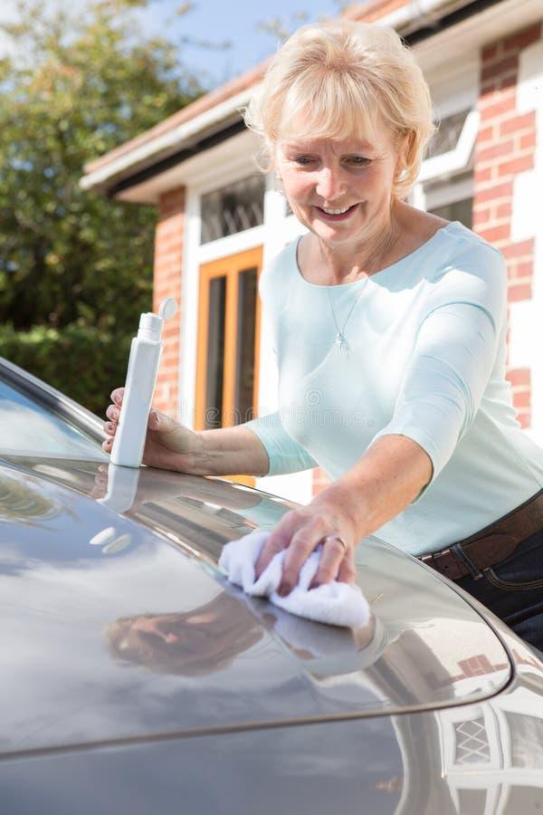 Hogere Vrouwen Oppoetsende Auto met Doek royalty-vrije stock foto
