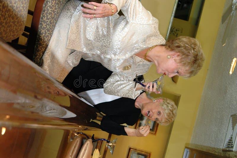 Hogere vrouwen in staaf royalty-vrije stock afbeelding
