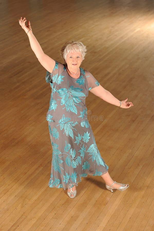 Hogere vrouwenballroom dansen royalty-vrije stock afbeeldingen