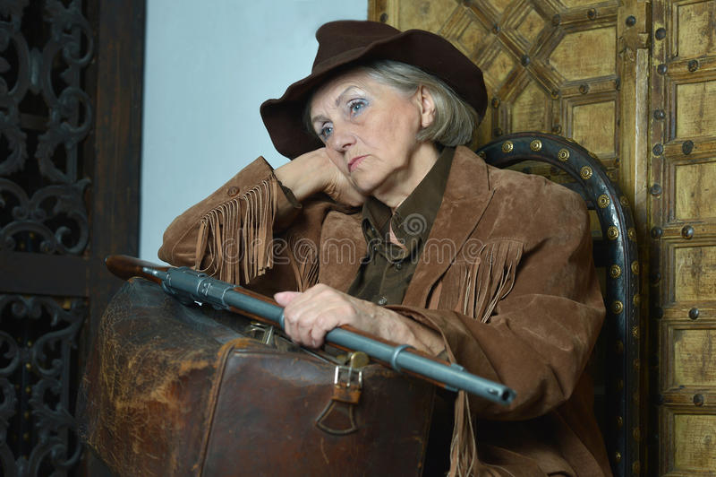 Hogere vrouwenbandiet met kanon stock foto