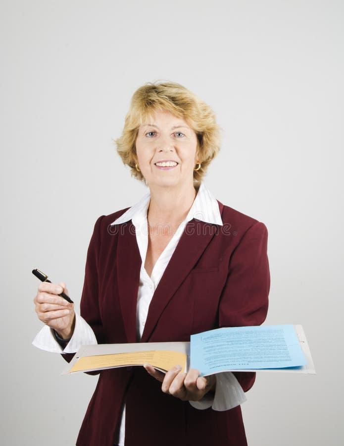 Hogere vrouweninstructeur die presentatie geeft royalty-vrije stock afbeeldingen