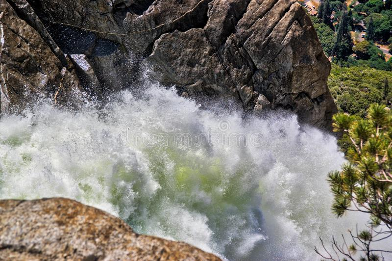 Hogere yosemite valt snelle waterval stock foto's