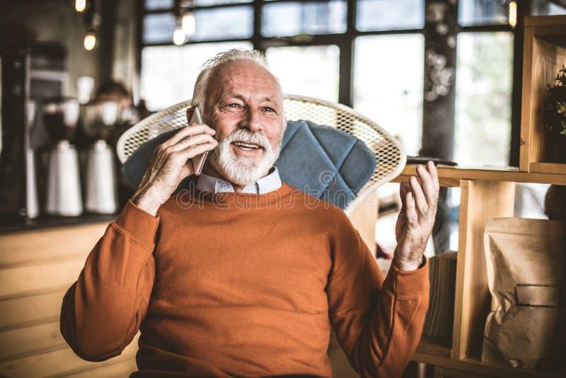 Hogere zakenman bij zijn huis sprekende telefoon royalty-vrije stock fotografie
