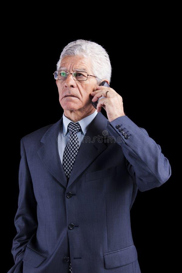 Hogere Zakenman die bij cellphone spreken royalty-vrije stock afbeelding