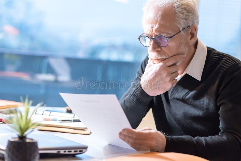 Hogere zakenman die een document lezen royalty-vrije stock afbeeldingen