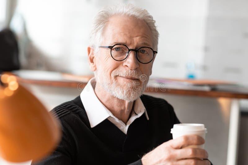 Hogere zakenman die een koffiepauze hebben royalty-vrije stock fotografie