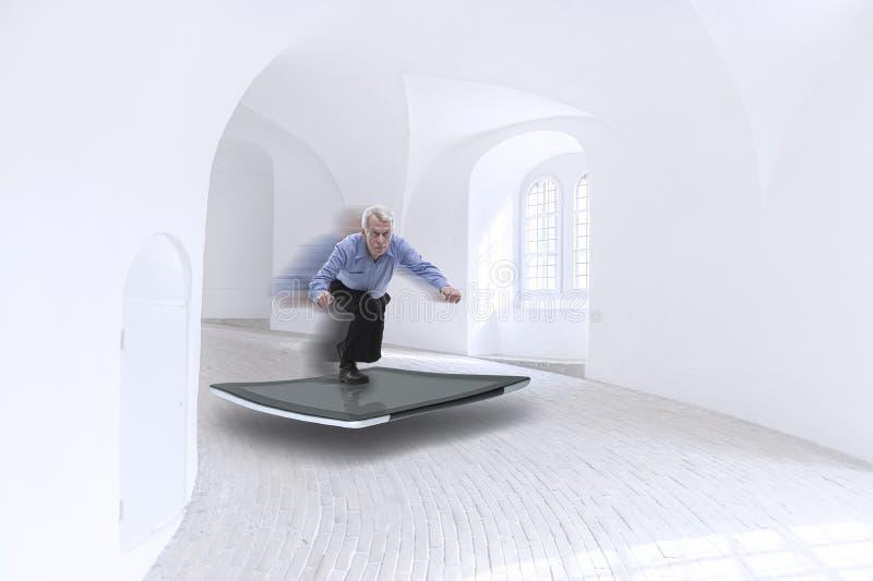 Hogere zakenman die op een tablet surfen stock foto