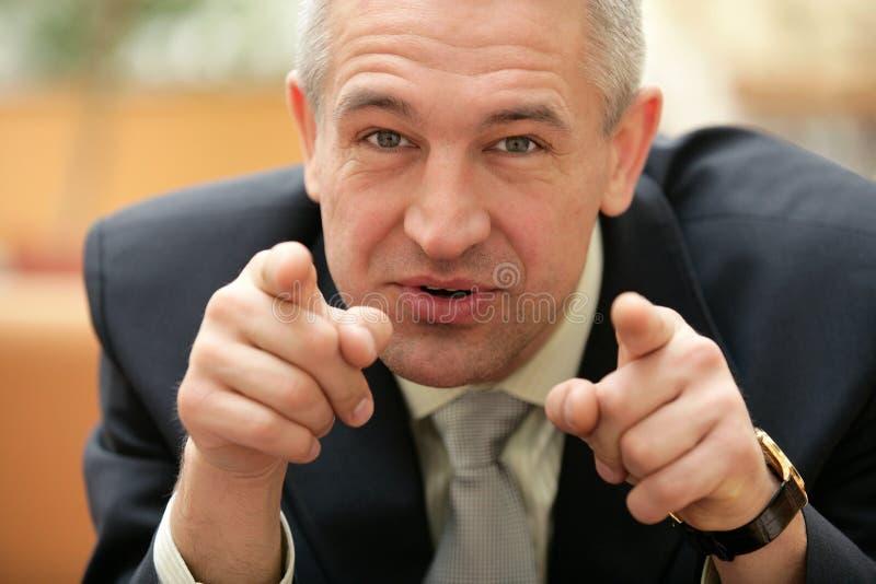 Hogere zakenman die zijn vingers richten op u stock afbeeldingen