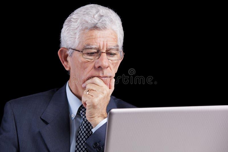 Hogere zakenman op het kantoor stock afbeelding