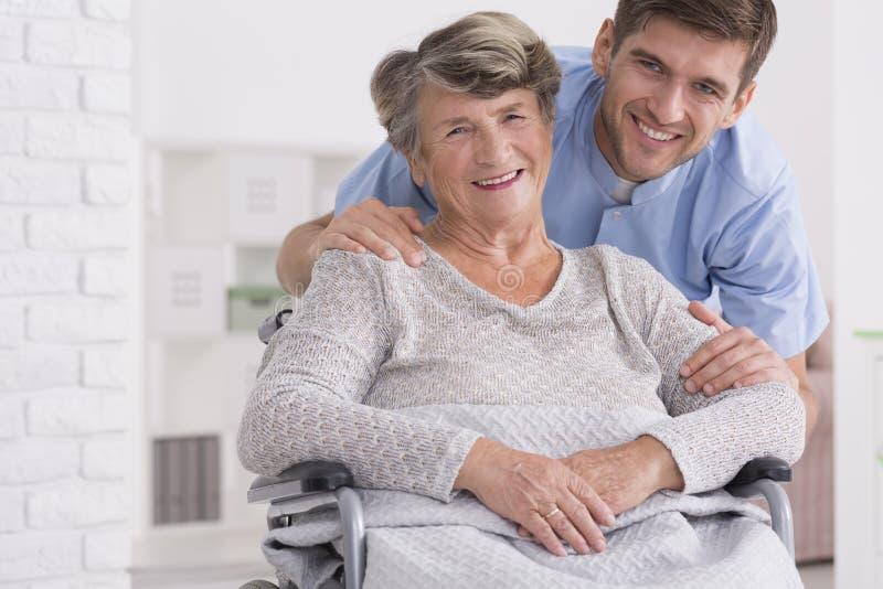 Hogere zorgmedewerker met gehandicapte vrouw royalty-vrije stock foto's