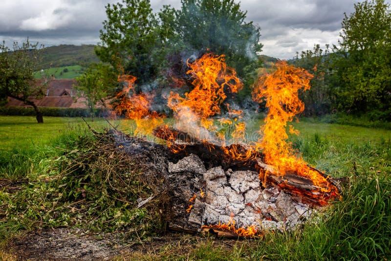 Hoguera ardiente grande en campo foto de archivo
