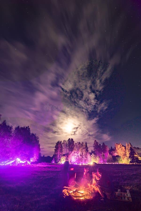 Hoguera bajo claro de luna en el festival imagenes de archivo