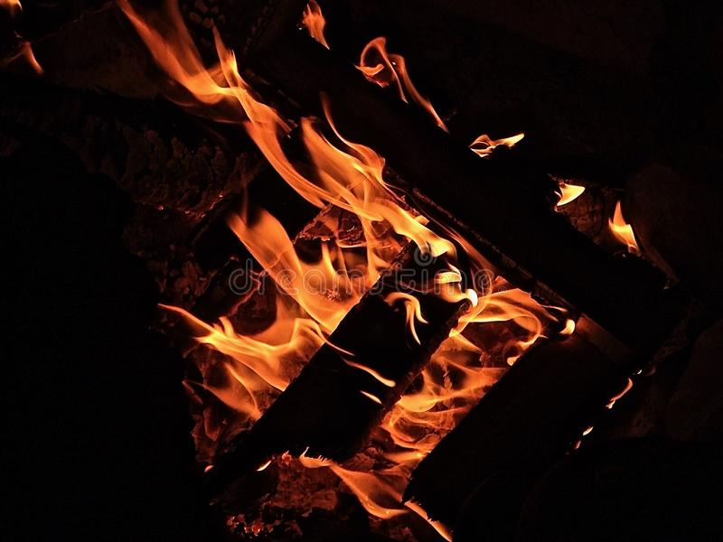 Hoguera de madera que quema en la oscuridad fotografía de archivo
